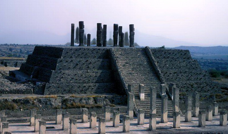 Гигантские статуи воинов «Храма Утренней звезды» в мексиканской Туле