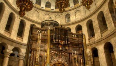 Недвижимая лестница Храма Воскресения Христова в Иерусалиме