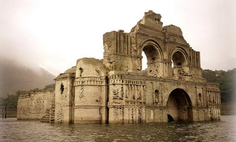 Руины церкви XVI века восстали из вод водохранилища в Мексике