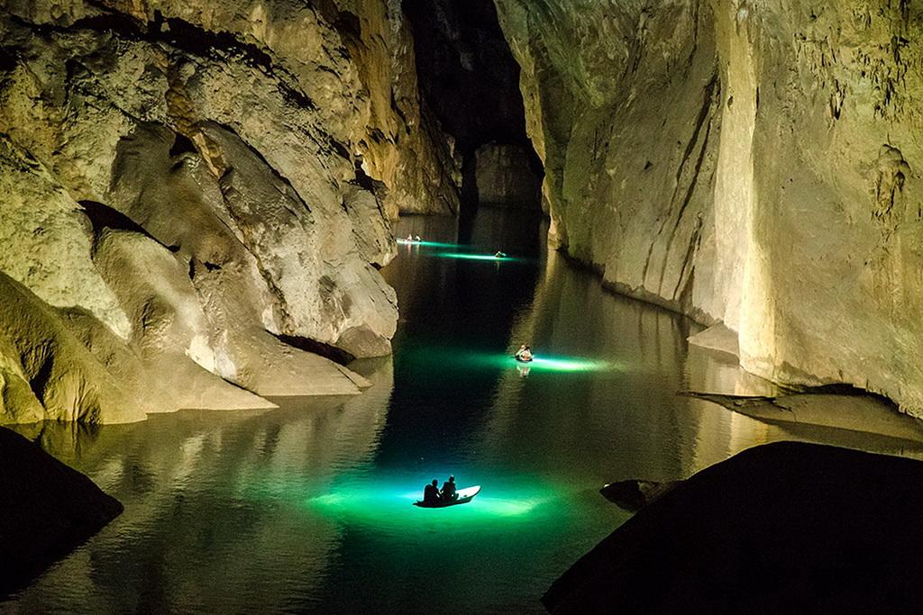 Подземная река в пещере Шондонг