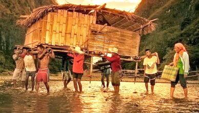 Древняя традиция филиппинского народа: жители деревни переносят весь дом