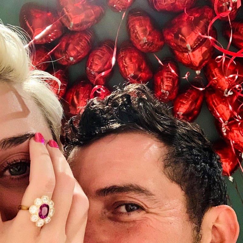 Массивное кольцо в форме цветка: Кэти Перри и Орландо Блум помолвлены