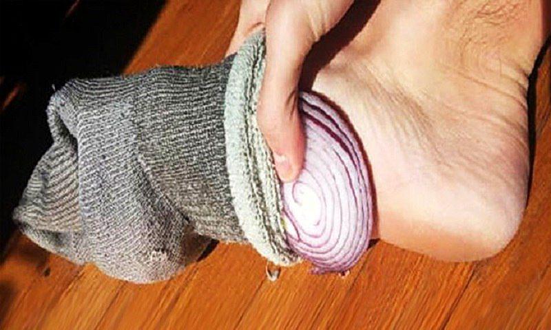 Зачем спать с луком в носках: полезные свойства
