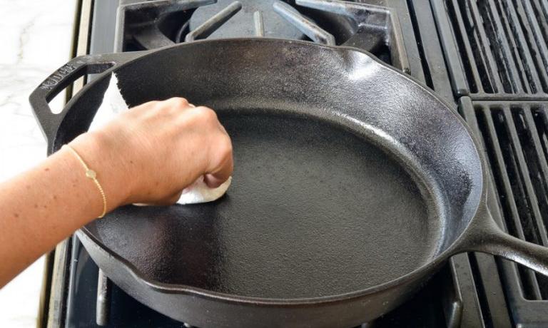 Как очистить чугунную сковороду