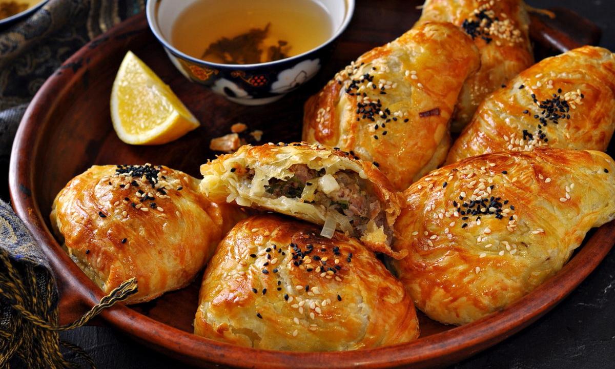 Самса на кефирном тесте с куриным мясом и картошкой