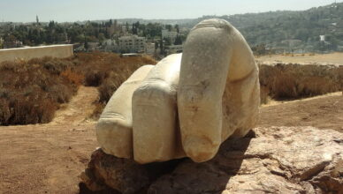 Каменная рука в Храме Геркулеса в Аммане, Иордания