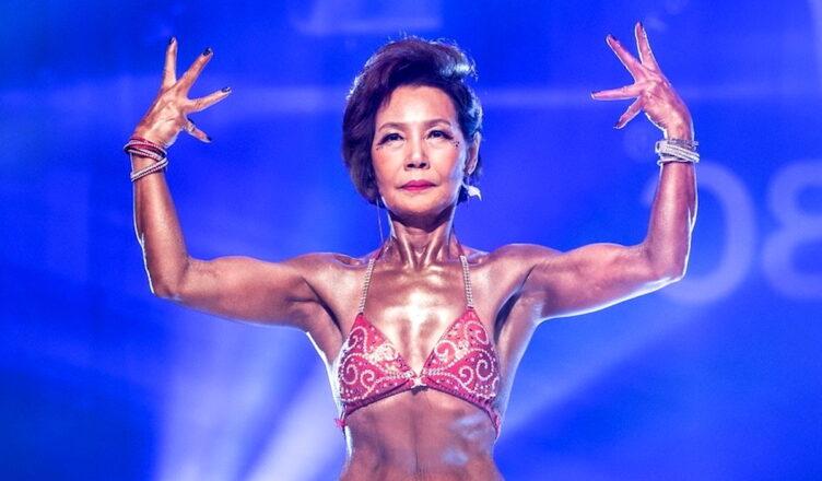 75-летняя бабушка из Кореи заняла 2-е место в соревнованиях по бодибилдингу Бабушка в Южной Корее рассказывает людям, что возраст — это просто число. 75-летняя женщина Лим Чен-Со поразила публику, когда заняла 2-е место на соревнованиях по бодибилдингу. Лим Чен-Со родилась в 1944 году и, несмотря на свой пожилой возраст, начала заниматься спортом для здоровья, когда потеряла мужа. Ей поставили диагноз стеноз. Лим не могла без боли наступать на правую ногу. Врачи прогнозировали, что после операции она не сможет нормально передвигаться, и посоветовали Лим тренироваться и наращивать мышцы. Поэтому она пошла в спортзал и начала тягать гири. Лим прошла через боль и полюбила занятия спортом. Через некоторое время у нее перестала болеть нога, и появились мышцы. Это помогло ей вернуть веру в себя. Вскоре тренер сказал ей, что она должна участвовать в соревнованиях по бодибилдингу. Но Лим не была уверена, увидев бикини, которое она должна была надеть. В итоге, после уговоров тренера, женщина согласилась. Лим Чен-Со говорит, что получила острые ощущения от участия в конкурсе. Она завоевала аудиторию и заняла 2 место. «Мне казалось, что я летаю в воздухе... Я даже не могу описать, как была счастлива в тот момент. Я никогда не чувствовала этого раньше» — сказала Лим. «У всех есть мечты. Но если вы отказываетесь от них из-за старости, жизнь становится слишком бессмысленной. Если вы бросите вызов своим мечтам даже после старения, я верю, что в оставшееся время у вас будет прекрасная жизнь». Она почувствовала, что стала жить «в другом мире», когда к ней стали подходить незнакомцы и говорить, что она «великолепна» и «удивительна». Благодаря регулярным упражнениям и последовательным усилиям, Лим Чон-Со сумела завоевать 2-е место в конкурсе по бодибилдингу, соревнуясь с женщинами в возрасте 30 лет и старше, потому что не было категории для пожилых людей. В заключение бабушка Лим призвала всех преследовать свои мечты, независимо от возраста, и делать это с уверенностью и с отчаянием.