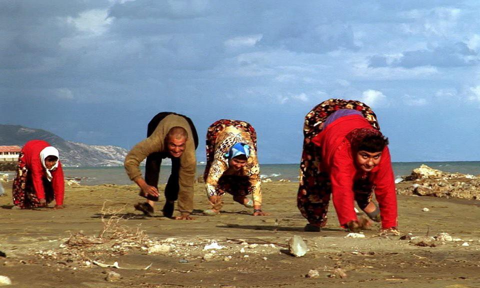 Пять братьев и сестер из семьи Улас ходят только на четырех конечностях