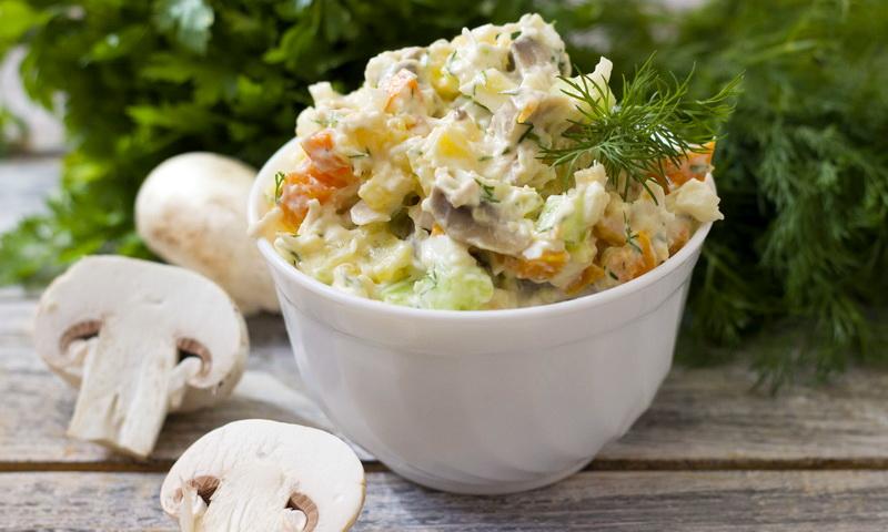 Салат с курицей и жареными шампиньонами