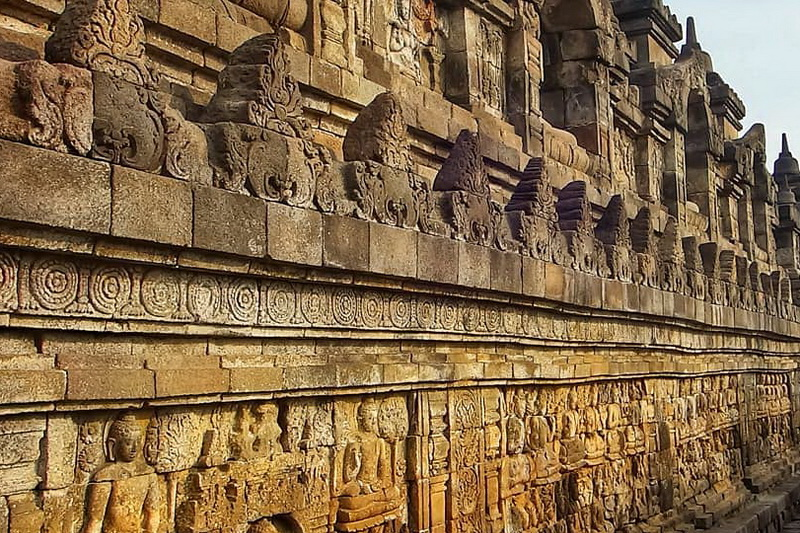 Храм Боробудур — тысяча статуй среди вулканов