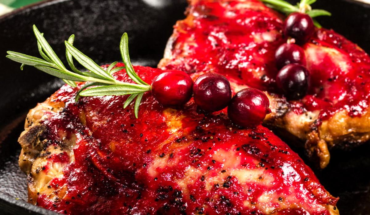 Новогодняя курица под клюквенным соусом