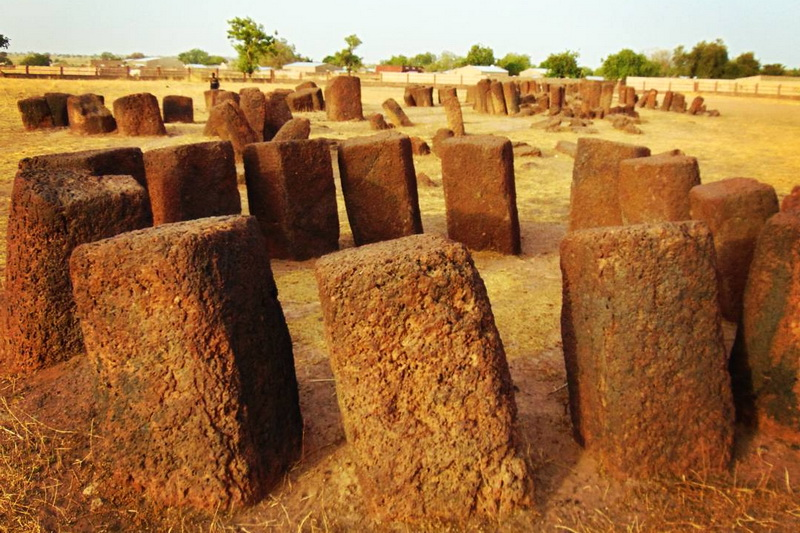 Каменные круги Сенегамбии в Сине-Нгаене