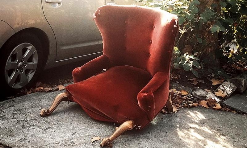 сломанное кресло