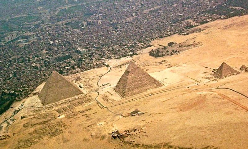 Великие пирамиды рядом с городом