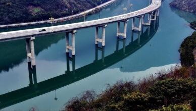 Мост над водой вдоль реки над водой в Китае