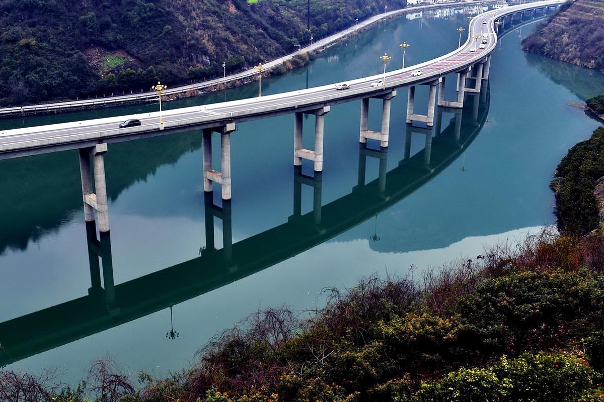 Мост над водой вдоль реки в Китае