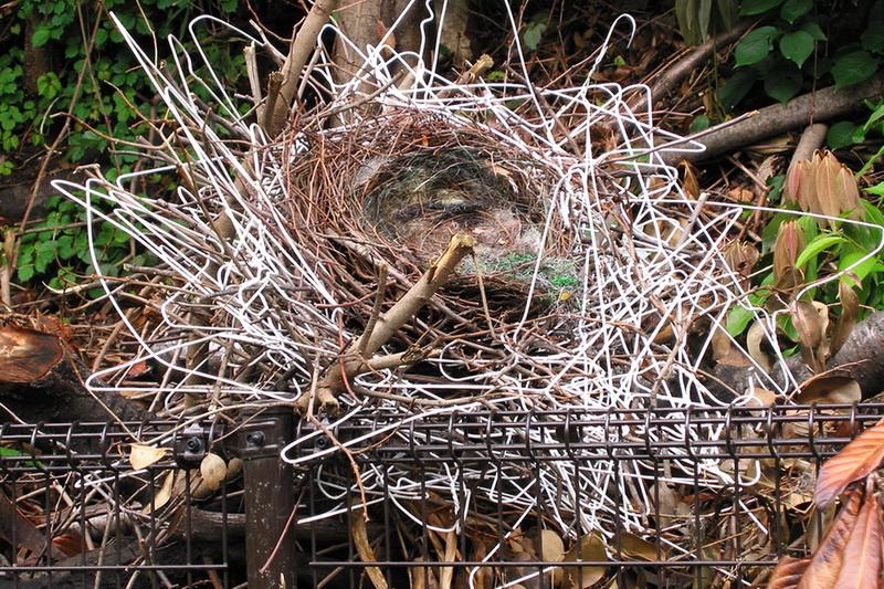 гнездо птицы из вешалок