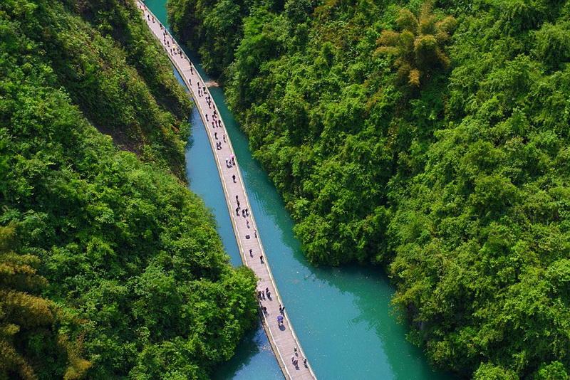 Плавучий мост вдоль реки в Китае