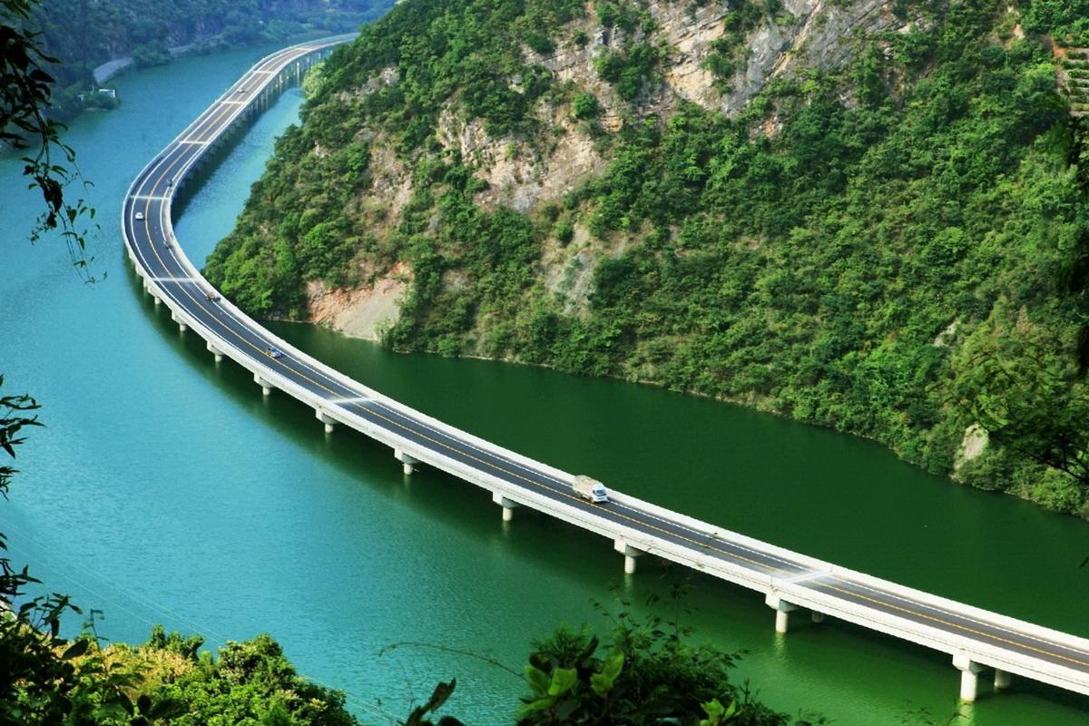 Мост вдоль реки в Хубэй
