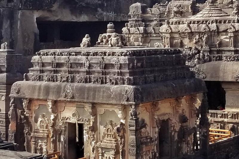 Вход во двор Храма Кайласа