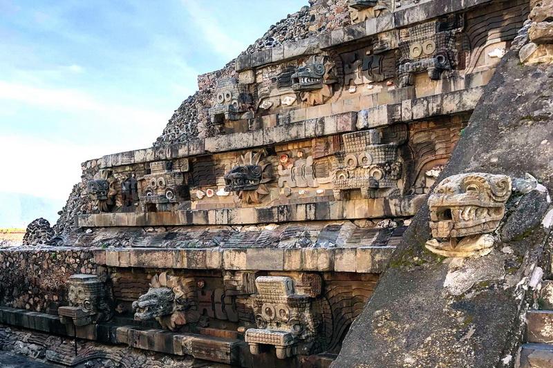 Пирамида Кецалькоатля с головами Пернатого змея