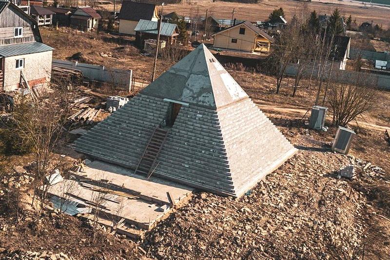 Копия пирамиды в Ленинградской области