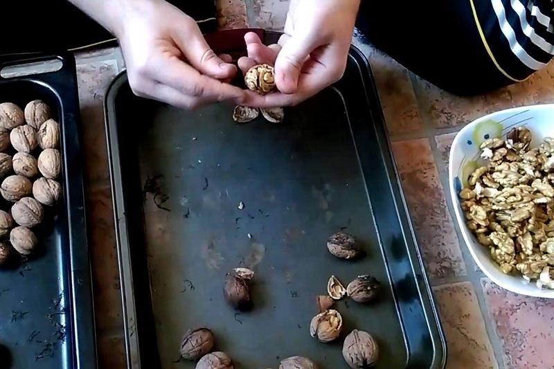 Грецкие орехи очистить в духовке