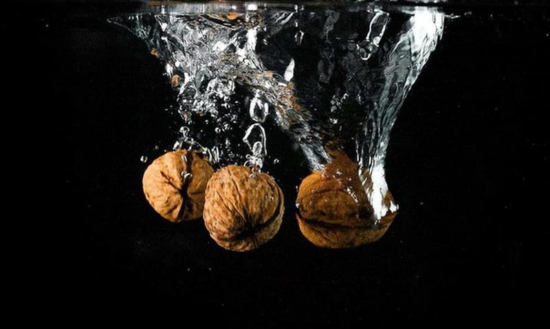 Грецкие орехи очистить в кипятке