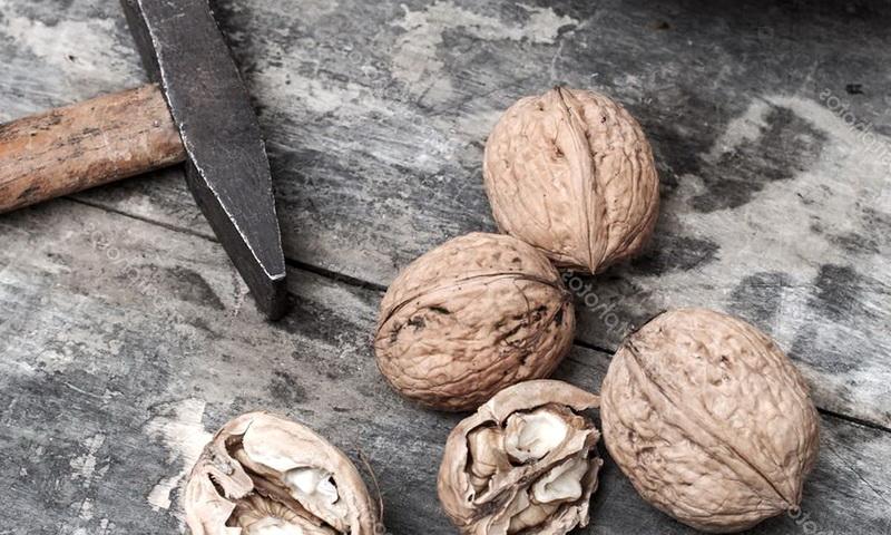 Грецкие орехи очистить молотком