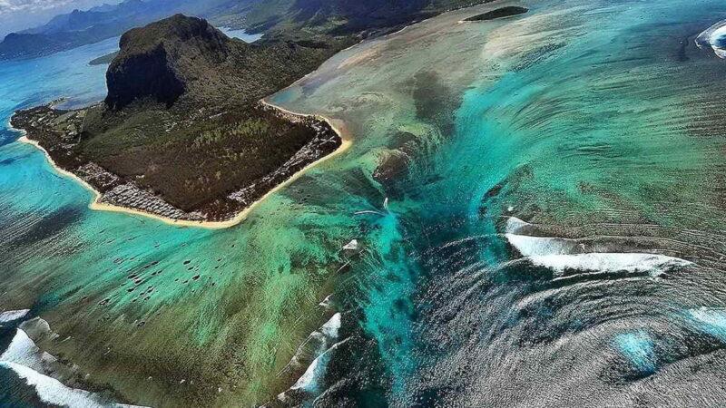 Иллюзия подводного водопада острова Маврикий