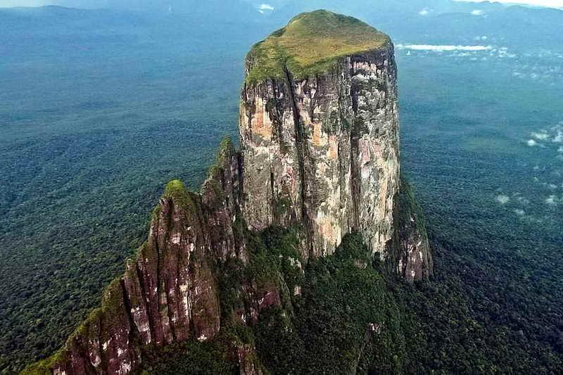 Столовая гора Серро Сарисаринама